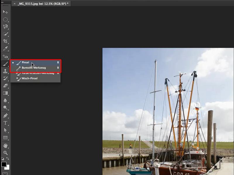 PS: in der Werkzeugleiste ist der Werkzeugkasten Pinselwerkzeuge geöffnet. Außerdem ist das Beispielbild Segelboot zu sehen.