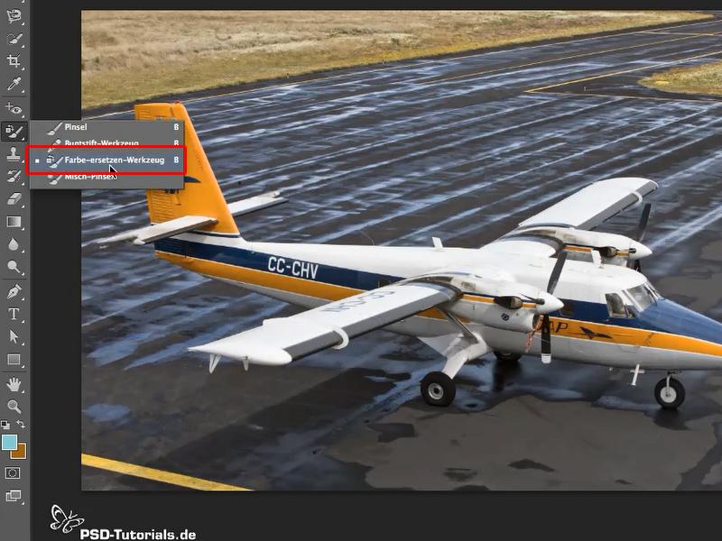 Beispielbild Flugzeug, der Werkzeugkasten Pinselwerkzeuge ist geöffnet und das Farbe-ersetzen-Werkzeug markiert.