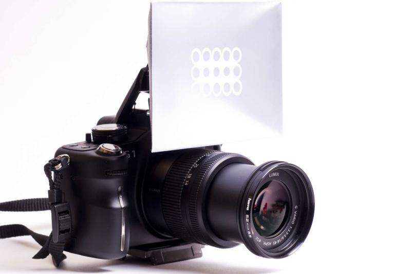 Mit einem solchen einfachen Faltreflektor können Sie harte Schatten durch den Kamerablitz abmildern.