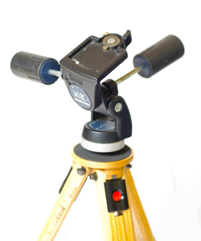 Der 3-Wege-Neiger 141RC von Manfrotto ist ausreichend belastbar auch für schwere SLR-Kameras und lässt sich stabil fixieren