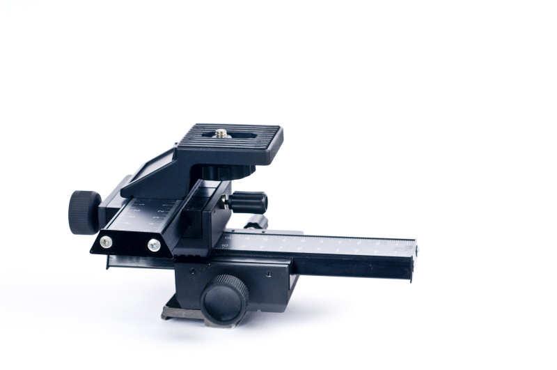 Ein Kreuz-Einstellschlitten verfügt über zwei Schienen über die die Kamera nach links/rechts bzw. vorne/hinten verschoben werden kann.