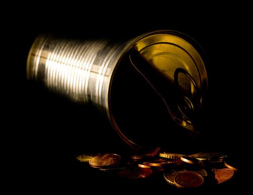 Durch den Lichtreflex auf der Büchse und der Kante vom Deckel wird trotz des sehr dunklen Bildes erkennbar, dass es sich um eine Büchse mit geöffnetem Deckel handelt. Der Lichtreflex wurde hier mit einer Taschenlampe bei sonst dunklem Raum erzeugt, die gezielt auf Wand und Kante vom Deckel ausgerichtet wurde.