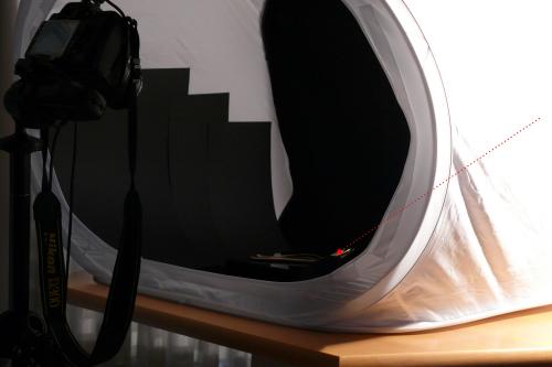 Für diese Aufnahme vom Besteck wurde nur die dem Licht gegenüberliegende Seite von innen mit schwarzer Pappe abgedeckt, damit die weiße Wand nicht spiegelt. Zudem wurde mit relativ flachem Licht von rechts beleuchtet. Beim Foto war der Raum komplett abgedunkelt. Von oben wurde das Lichtzelt mit einer schwarzen Pappe abgedunkelt.
