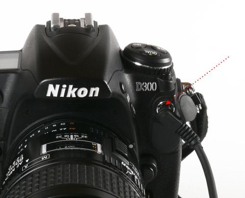 ei Kameras mit Blitzanschluss können Sie ein Synchronkabel mit X-Kontakt in den Blitznaschluss stecken. Hier der Anschluss der Nikon D300.