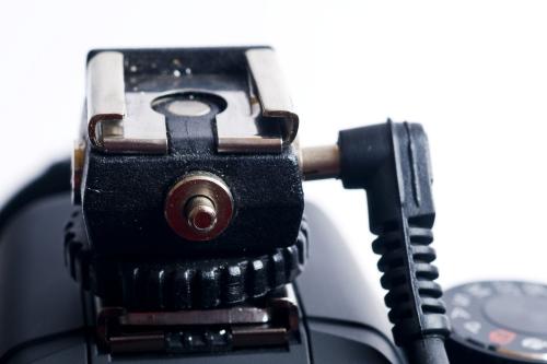 Für den Fall, dass Ihre Kamera keinen Anschluss für einen Blitz hat können Sie mit einem solchen Adapter im Blitzschuh einen funktionsfähigen Blitzschuh erhalten und verschiedene weitere Anschlüsse für Synchronkabel zur Verfügung stellen.