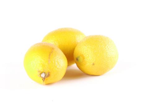 Im Ergebnis sehen Sie, dass lediglich zwischen den Zitronen ein leichter Schatten verbleibt. Diesen könnten Sie mit einem dritten Blitz von oben ausmerzen oder mit einem Reflektor aufhellen.