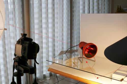 Hier wurde ein Blitz so gegen die weiße Hintergrundpappe gerichtet, dass das Licht gegen die Glasplatte zum Motiv hin reflektiert wird.