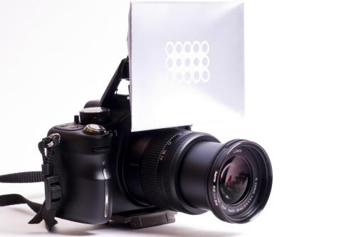 Mit einem solchen Blitzdiffusor können Sie das Licht des Kamerablitzes abmildern.