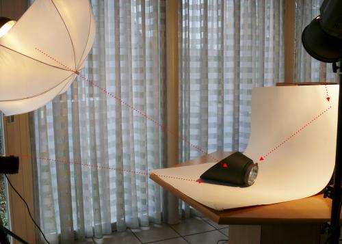 Hier wird das Motiv seitlich beleuchtet, der Hintergrund wird separat beleuchtet und der Kamerablitz dient zum Aufhellen der Schatten.