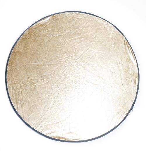 Faltreflektoren gibt es in vielen Größen. Der Nachteil runder Reflektoren ist, dass sie schlecht zu positionieren sind und Sie dafür einen Ständer bzw. eine Befestigungsmöglichkeit benötigen. Dazu gibt es spezielle Halterungen mit denen Sie die Reflektoren an Lampenstativen befestigen können.