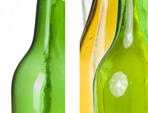 Hier ein Vergleich. Im linken Ausschnitt wurde die Flasche von links mit einer Softbox beleuchtet, die einen gleichmäßigen langen Lichtreflex erzeugt. Im rechten Ausschnitt wurde ein Durchlichtschirm verwendet, dessen Spiegelung hier deutlich zu sehen ist.