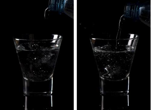 Die linke Aufnahme wurde mit Blende 5, die rechte mit Blende 10 gemacht. Obwohl in beiden Bildern der vordere Glasrand scharf ist, hat die rechte Aufnahme deutlich mehr Brillanz.