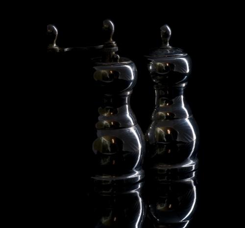 Diese Aufnahme entstand im Lichtzelt, das leider als Spiegelung deutlich sichtbar ist. Durch die Öffnung des Lichtzeltes, die ist außerdem dennoch der halbe Raum zu sehen und der Fotograf dazu.