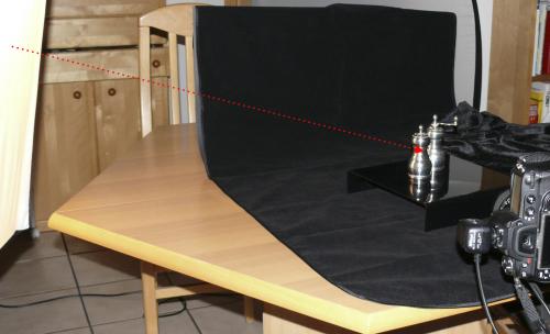 Der Aufbau der Szene sah wie hier gezeigt aus, wobei dann bei komplett abgedunkeltem Raum fotografiert wurde.