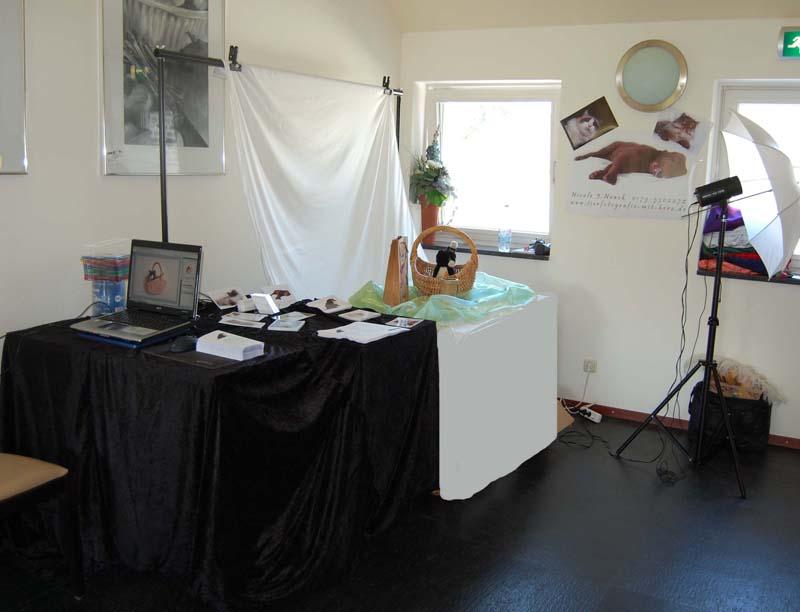 Hier unser Messestand mit Hintergrundsystem, Dekoration, Laptop und Drucker