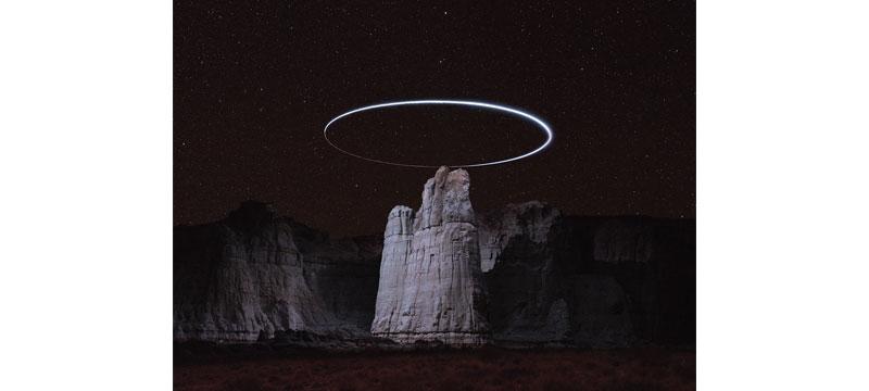 Lux Noctis – eine Drohne erhellt felsige Landschaften