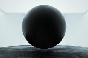 Schwarze Monolithe und ihr buntes Innenleben